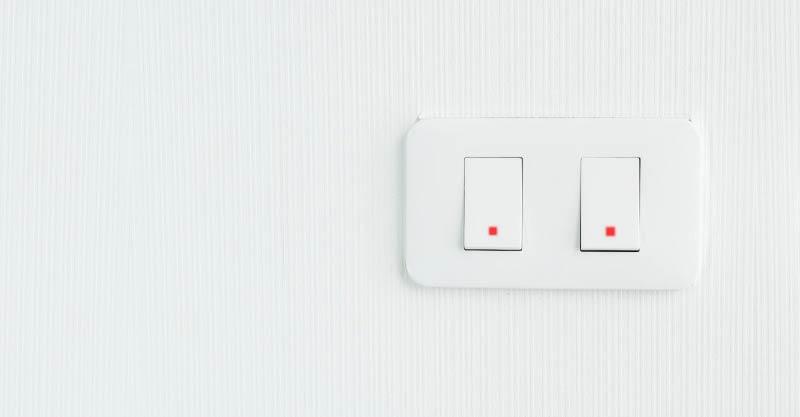 Bombillas LED encendidas con luz apagada - Interruptor con piloto presencia